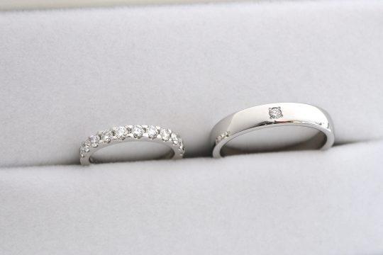 エンゲージリングに合わせてマリッジリングもキラキラしたくて ダイヤモンドが大きめのハーフエタニティリングにしました。 彼は手が大きいので幅が広めのリングにして、 お揃いのダイヤモンドを入れてもらいました!